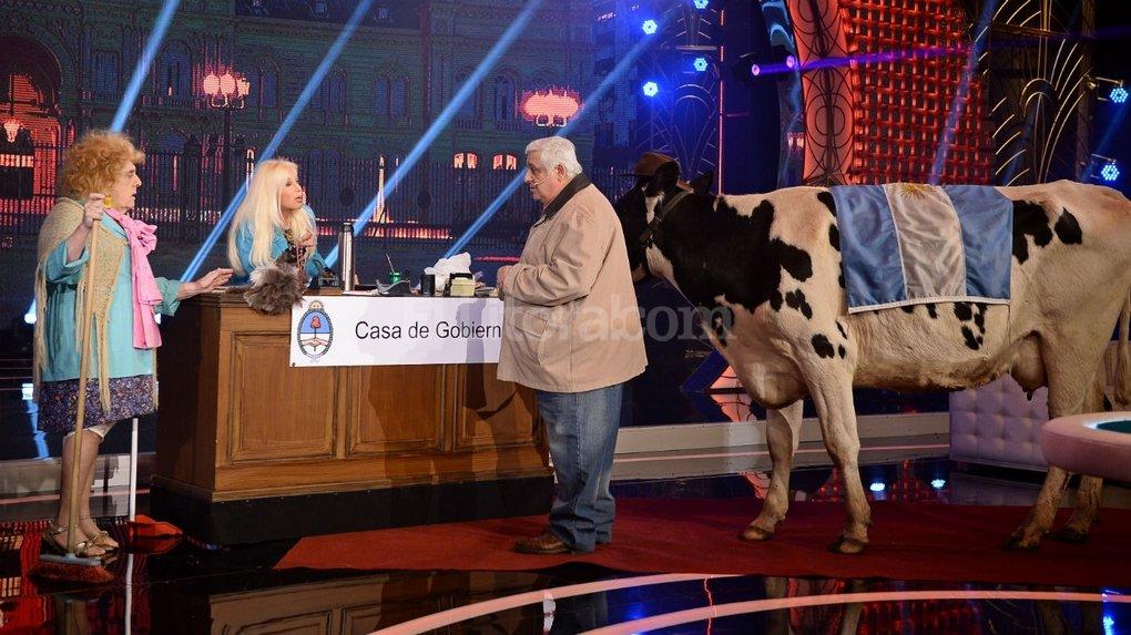 Para una personalidad fr�gil, el ver una vaca y Alberto Samid al mismo tiempo en el programa de Susana Gim�nez puede ser una pesadilla que la acompa�e el resto de sus d�as. Foto:Gentileza Producci�n