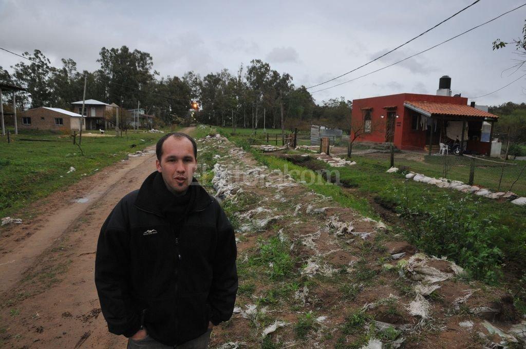 Terraplén de arena. A la altura del kilómetro 10 de la Ruta 1, por calle Zapata Gollán, entre los vecinos y la Municipalidad de San José del Rincón improvisaron una defensa para evitar el avance del agua. Fue durante la última creciente importante, en el verano. Flavio Raina