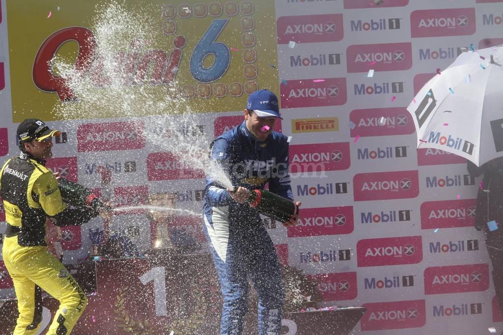 El arrecifeño Agustín Canapino (Chevrolet) volvió a ganar hoy la final de Súper TC2000 en el callejero de Santa Fe y cerró un fin de semana perfecto, ya que también se había quedado con la competencia nocturna del sábado. Mauricio Garín