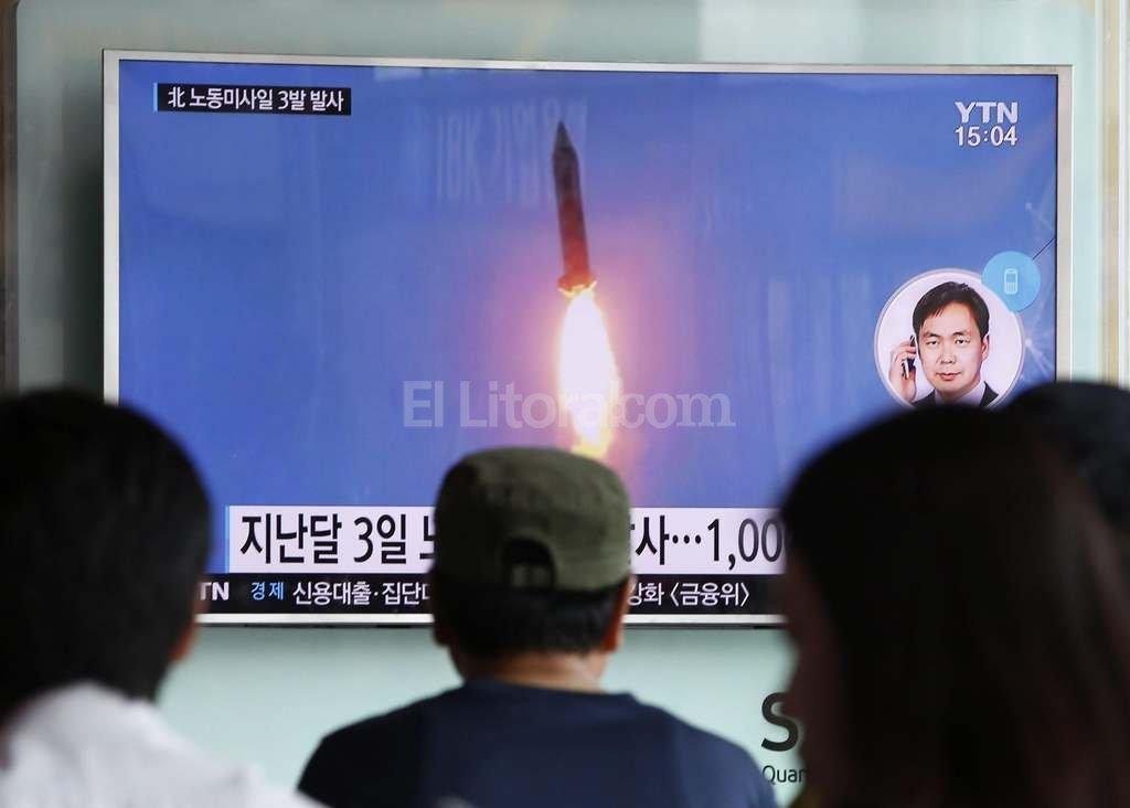 Varias personas prestan atenci�n a un informativo en Se�l en el que se informa del lanzamiento de un misil por parte de Corea del Norte. Foto:EFE