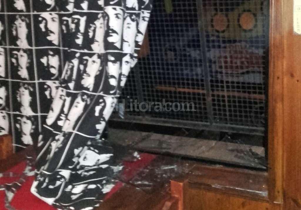 Los ladrones violentaron una reja y rompieron un vidrio para poder entrar al negocio. Todo dur� pocos minutos. Foto:El Litoral