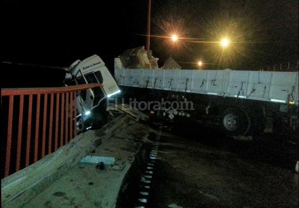 Camión quedó colgando en el puente Zárate Brazo Largo
