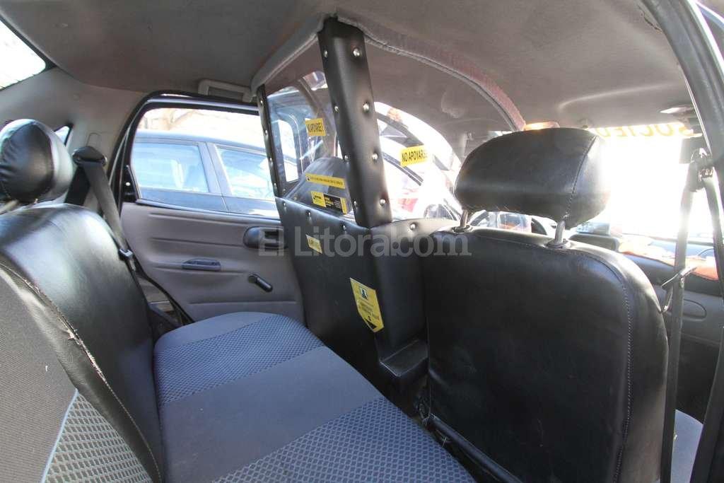 La mampara recubre el espacio que ocupa el conductor, desde el asiento hasta el final de la palanca de cambios.  Guillermo Di Salvatore