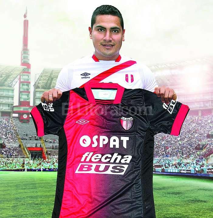 Fotomontaje realizado por el diario L�bero. Mayora, con la camiseta de la selecci�n de Per�, sostiene la camiseta de Col�n. Foto:Gentileza Diario L�bero.