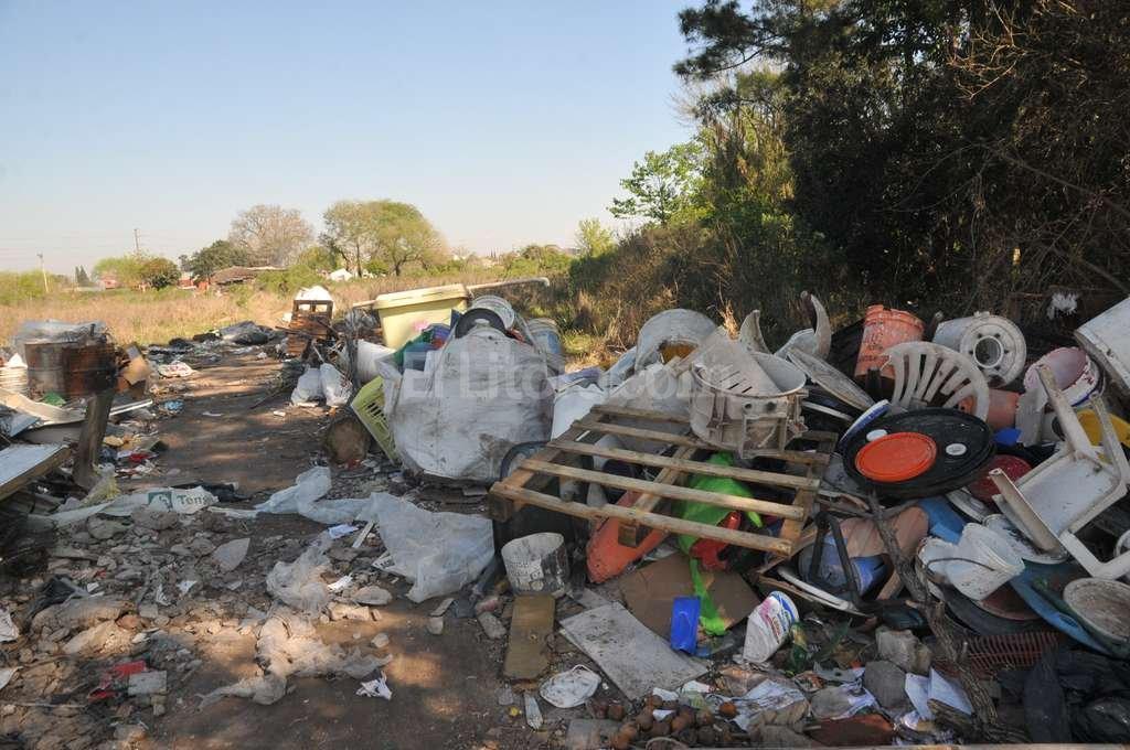 Este terreno donde tiraron basura de forma ilegal, está en frente de la cava donde una empresa está rellenando con escombros. Flavio Raina