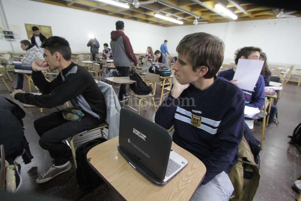 La netbook con dos programas de lectura de pantalla es un implemento fundamental para que Bruno pueda seguir las clases. Mauricio Garín