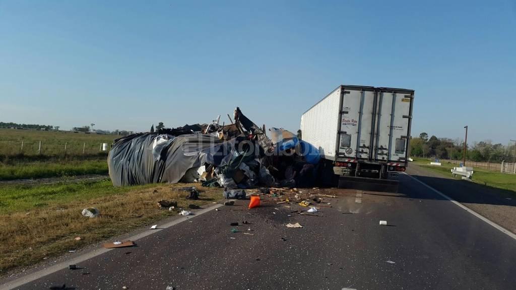 Tras el encontronazo los camioneros quedaron atrapados en sus cabinas de mando.   Dpto. Relaciones Policiales Santa Fe