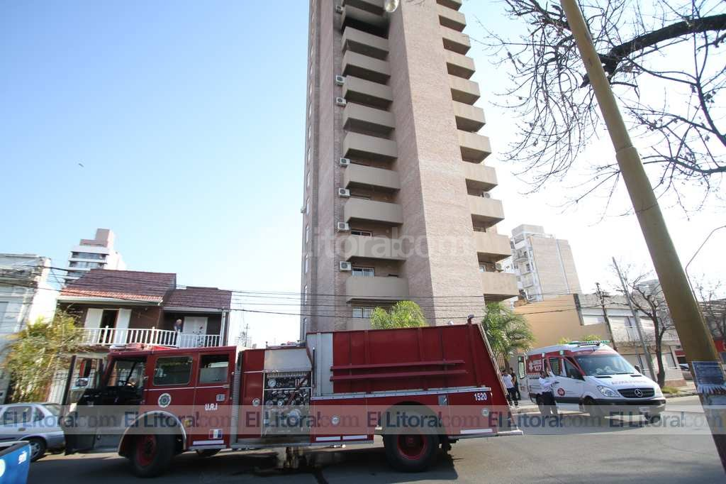 El incendio se desató en el balcón del décimo piso. Los bomberos pudieron controlarlo rápidamente. Pablo Aguirre