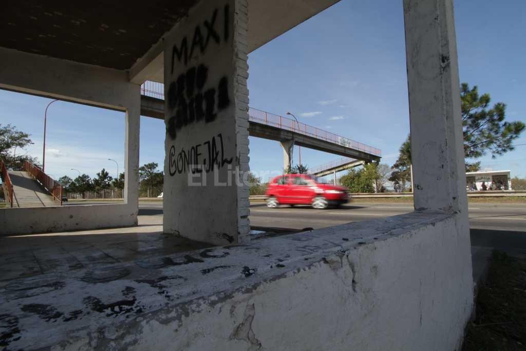 En la zona del puente peatonal sobre la RN 168 se produjo uno de los robos Foto:Mauricio Gar�n