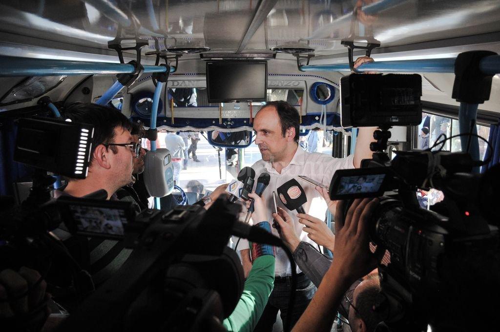Con la prensa. El intendente santafesino dio detalles de la obra inaugurada desde adentro de una unidad de la l�nea 18. Foto:Gentileza Prensa Municipalidad