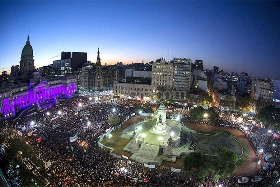 """Alejandro Pagni, vista parcial de la Plaza de los Dos Congresos y el Palacio del Congreso Nacional durante la marcha """"Ni una menos"""". Gentileza Producción"""