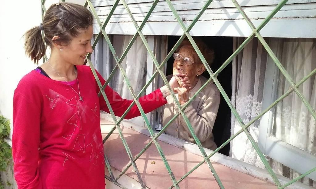 Felipa junto a su nieta Sol, la que ayer se transform� en su �ngel de la guarda.  Foto:Danilo Chiapello
