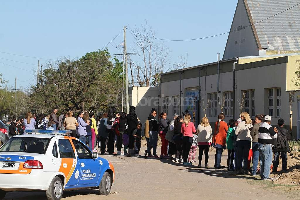 D�as atr�s, padres, alumnos y docentes de la Escuela Sim�n Bol�var �abrazaron� el establecimiento para pedir seguridad. Foto:Luis Cetraro