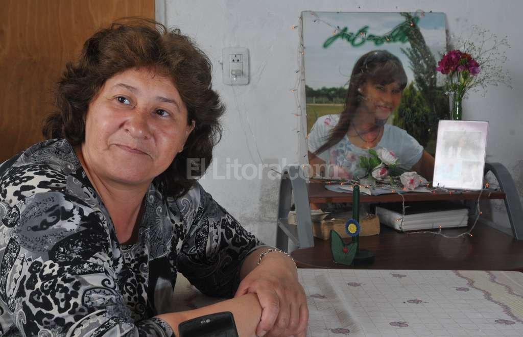 Madre e hija. Marcela en primer plano, Antonella detr�s. El mismo gesto, la misma mirada. Foto:Flavio Raina