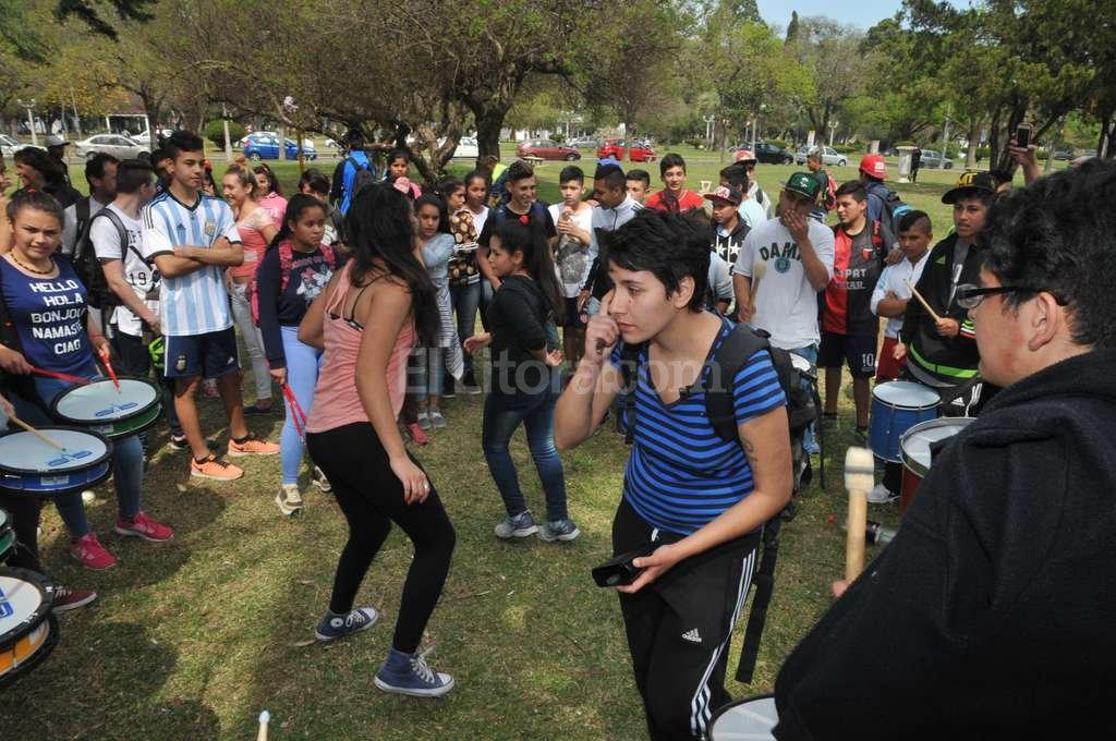 La murga convocó a los adolescentes y sus profesores a bailar en el Parque Garay. Flavio Raina