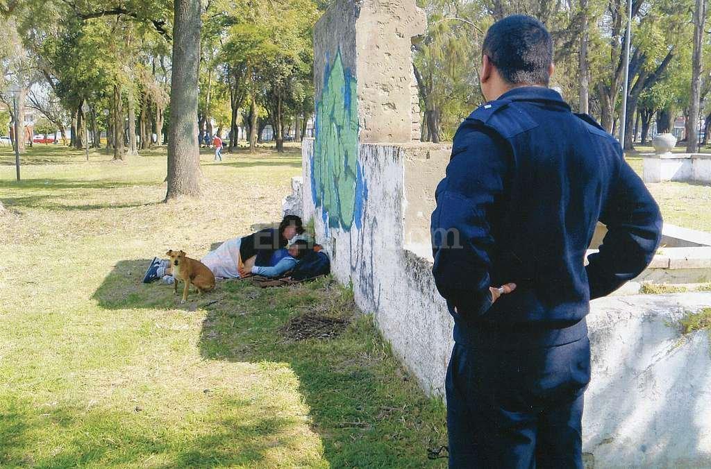 Los amantes, el perro y el polic�a. Foto:Gentileza