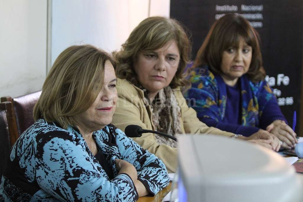 Alicia Tate, Rosana Zamora y Alicia Guti�rrez, tres de las panelistas que expusieron los argumentos por la paridad de g�nero.  Foto:Luis Cetraro