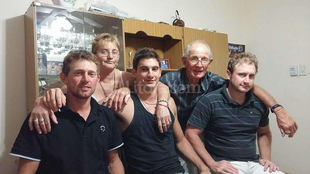 La familia Alario. Lucas Alario con la foto m�s deseada, la de su familia en Tostado, con sus padres y hermanos. Abel Alario, el padre del �Pipa�, es el que aparece en todas las notas. Su amigo, Leonel Chiement�n, fue quien