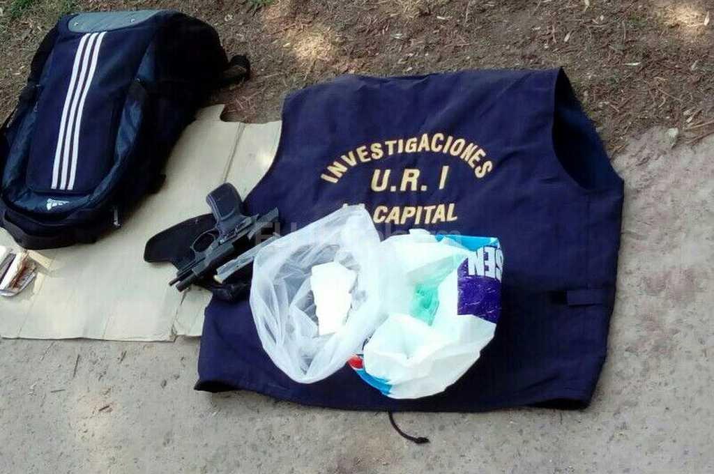 El polic�a detenido estaba de civil, pero llevaba en el auto su uniforme, el chaleco bal�stico y su pistola reglamentaria. El Litoral