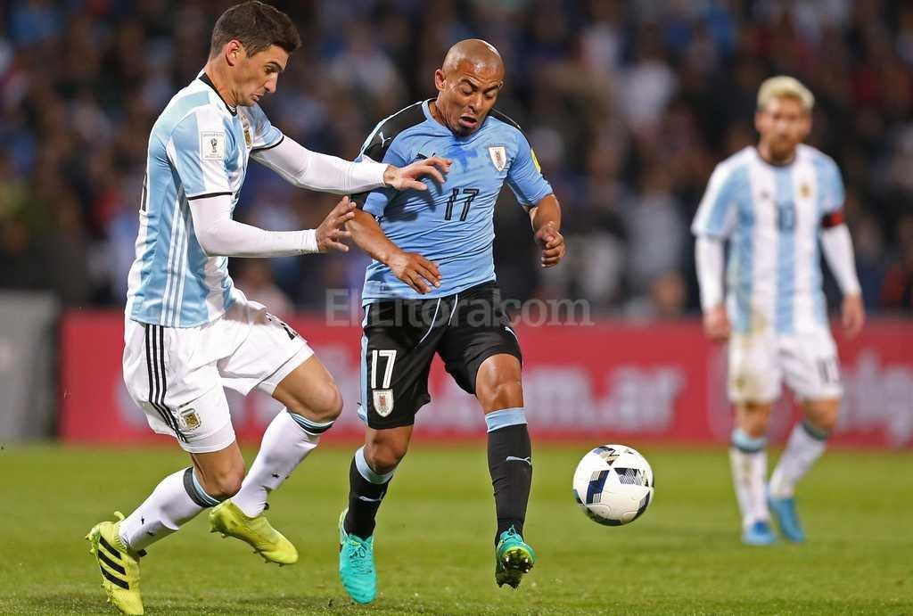 Alario disputa la pelota en el partido ante Uruguay, atr�s Messi. Foto:Agencia EFE