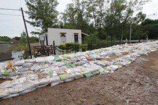 El Plan de Ordenamiento Hídrico  da los primeros pasos en la Costa - Para detener el avance del agua proveniente de la laguna Setúbal en la zona que comprende el límite entre Arroyo Leyes y Rincón, construyeron una defensa con bolsas de arena. Hubo muchas viviendas afectadas.