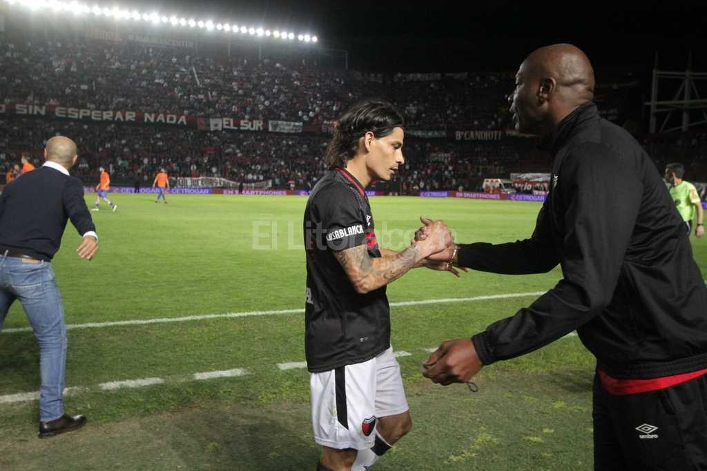 El �Chengue� Morales saluda al Sungui Blanco despu�s del gol convertido ante Talleres que le dio los tres puntos a Col�n en el debut en el Brigadier. Foto:Pablo Aguirre
