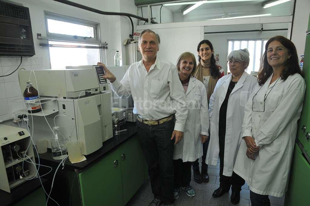 Lorenzatti, Maitre, Masin, Rodr�guez y Marino en el Laboratorio de Medioambiente del Intec. Foto:Flavio Raina
