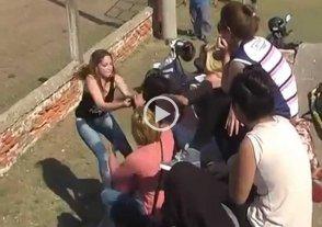 Video: padres a las pi�as mientras sus hijos jugaban al f�tbol