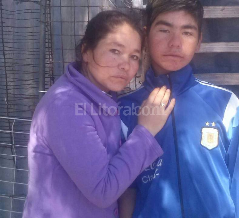 Juntos en casa. Sandra junto a su hijo Kevin, reci�n dado de alta del Hospital de Ni�os. �Por ahora estamos bien, pero tenemos miedo�, dijeron. Foto:Gentileza Flia. Aguirre
