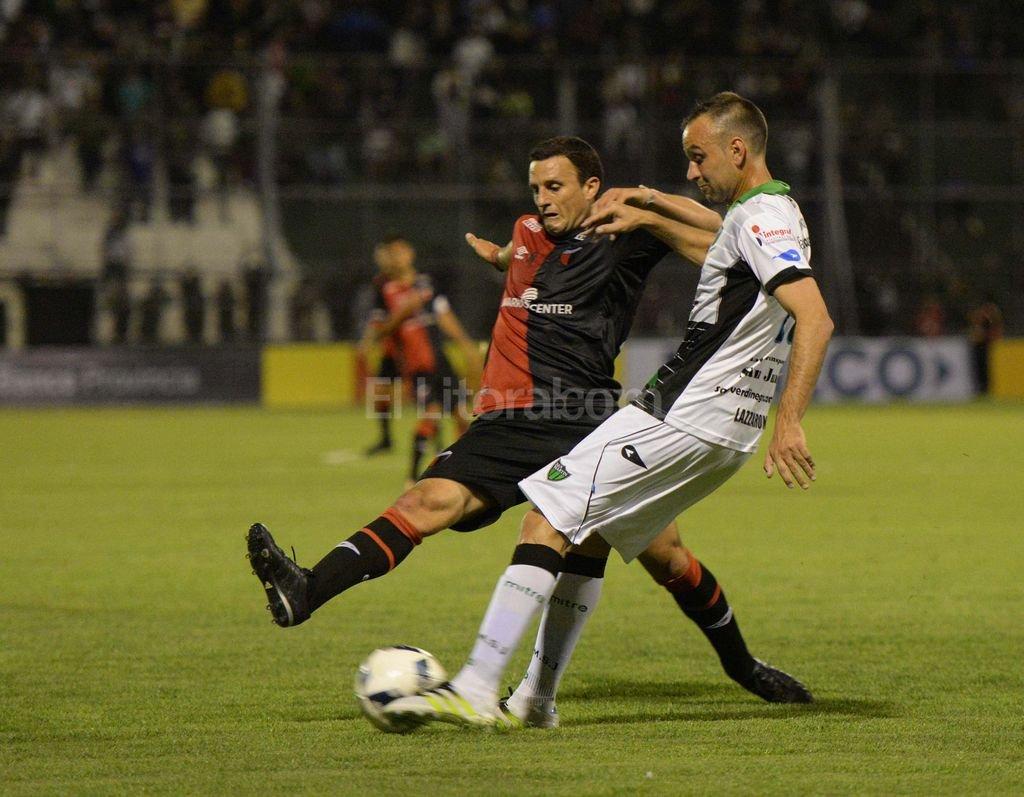 0 a 0 en San Juan  Punto y precio - Ledesma trata de tapar el remate de un rival.