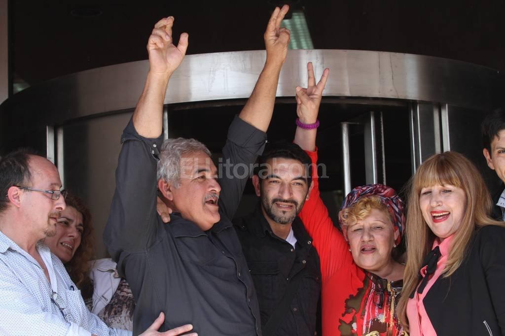 Jos� Luis Maul�n Pratto -centro- junto con su padre Roberto Maul�n y su mam� Luisa Pratto a la salida del tribunal. Foto:Mauricio Gar�n