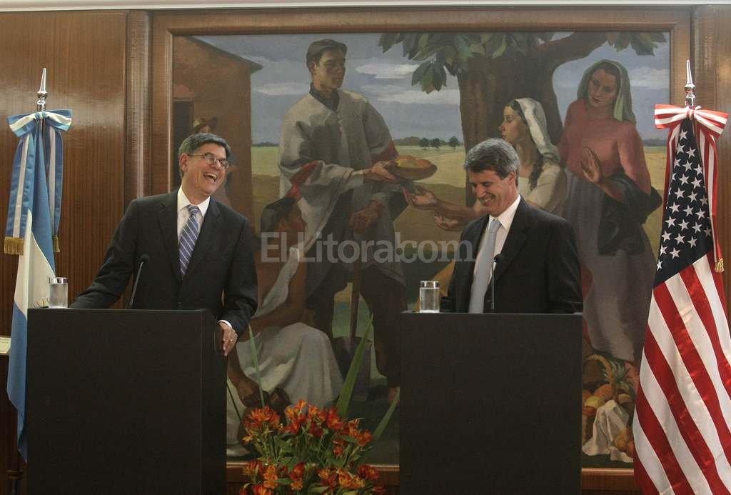 El ministro de Econom�a r�e con el secretario del tesoro de EEUU Jack Lew Foto:DyN