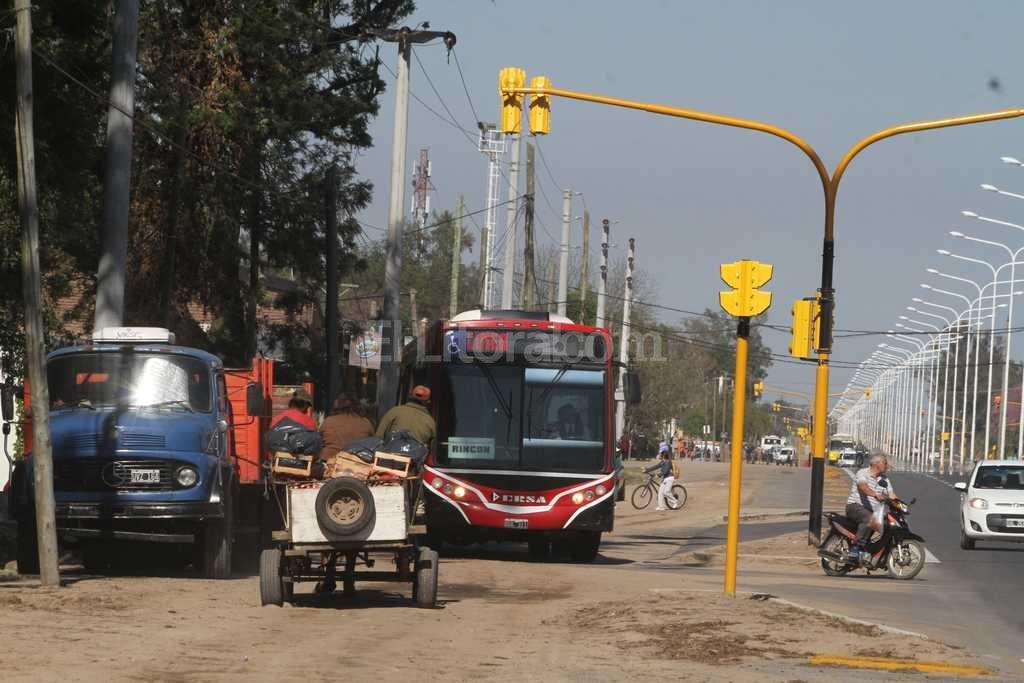 Sin control. Cuando el tránsito está muy cargado sobre la ruta, hay vehículos que salen de la traza y circulan, a gran velocidad, por las banquinas.  Guillermo Di Salvatore