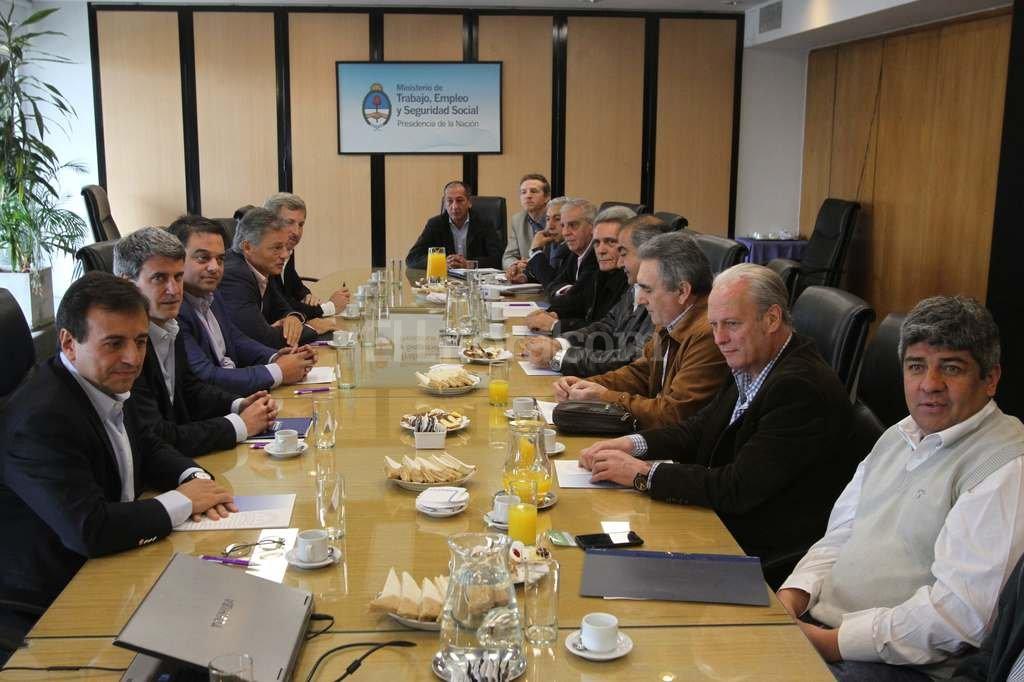 Pablo Moyano particip� el jueves de la reuni�n con el ministro Prat Gay y los funcionarios del gobierno. Foto:DyN