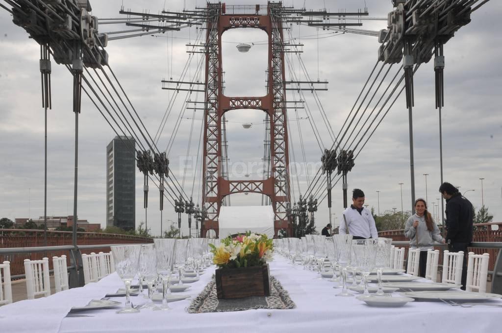 Imponente escenario. El emblemático Puente Colgante, el lugar elegido para el almuerzo a beneficio. Flavio Raina