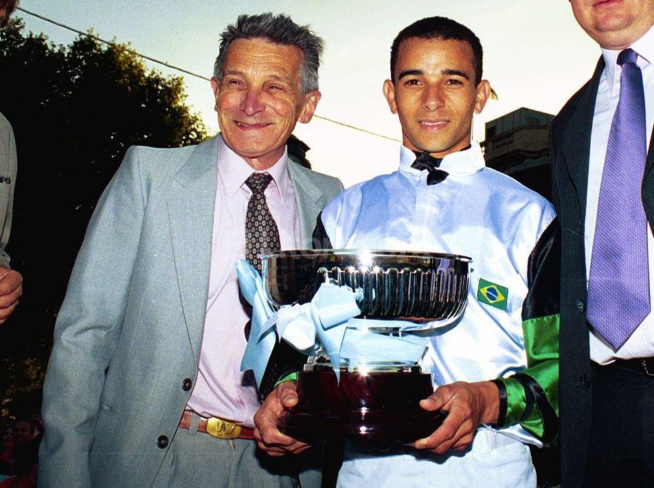 Jorge Wilburn junto a Joao Moreira, luego del gran premio Nacional en Palermo en 2006. Foto:Pablo Aguirre