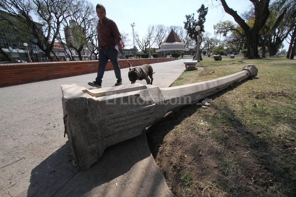 """Desprolijo. Uno de los viejos """"chupetines"""" está tirado al comienzo de la plaza, viniendo desde el Parque Alberdi. Mauricio Garín"""