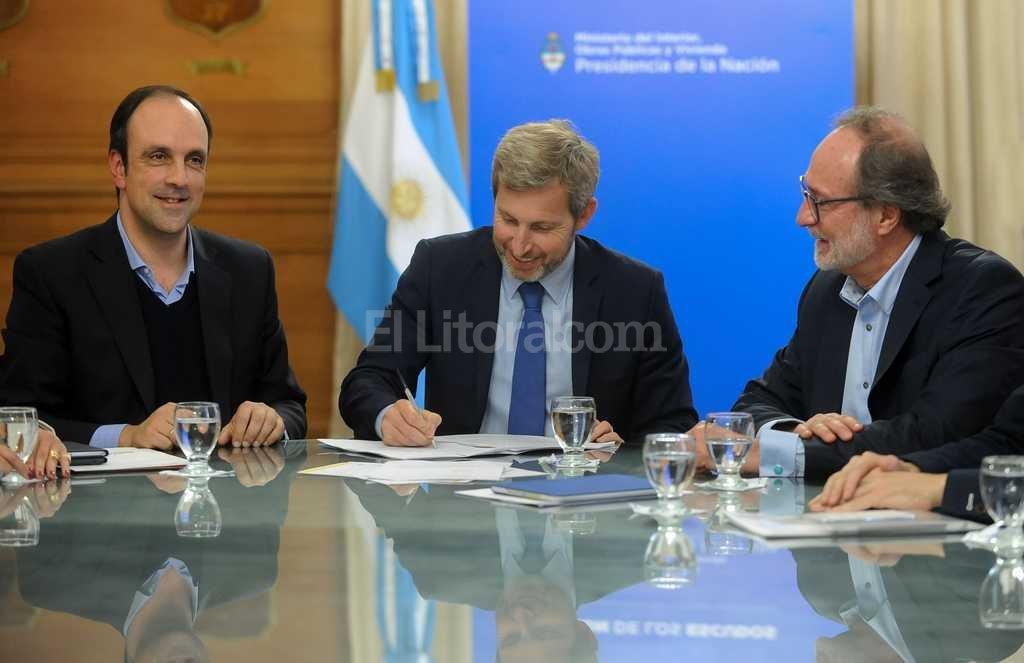Corral, junto al ministro del Interior y Transporte, Rogelio Frigerio y al secretario de Obras Públicas, Daniel Chain <strong>Foto:</strong> Agencia