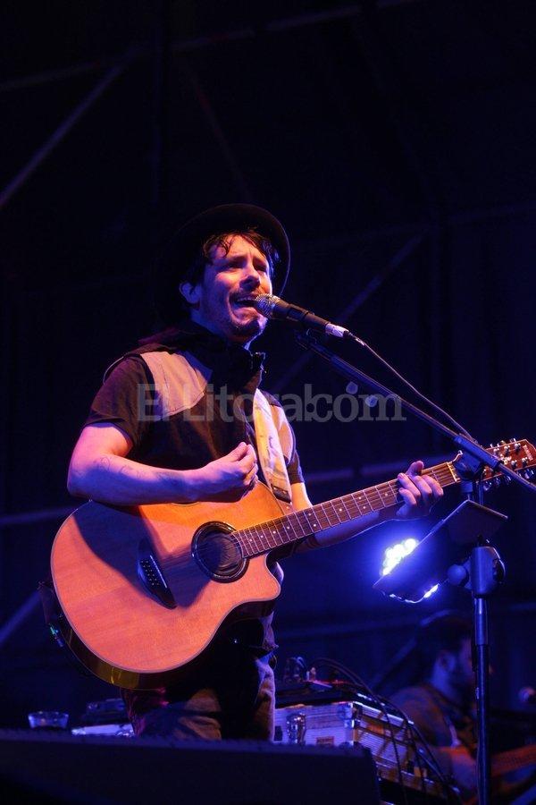 El cantautor rionegrino celebró el aniversario de la casa de estudios con canciones de toda su discografía, entre el intimismo y la electricidad, junto a Los Azules Turquesas. Manuel Fabatía
