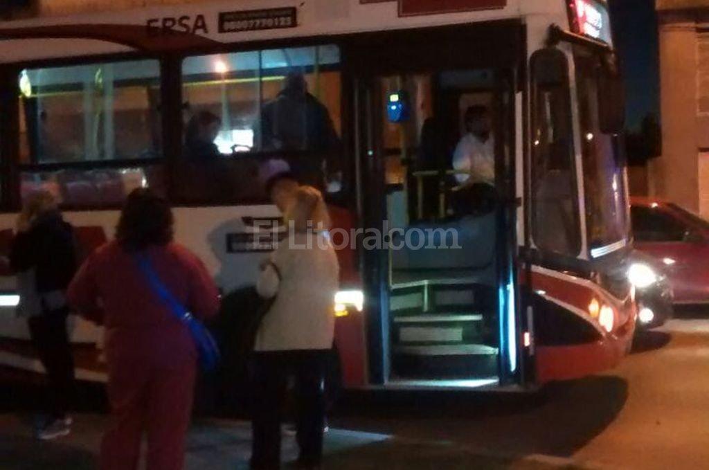 Un coche de la l�nea 1 fue interceptado en Facundo Zuvir�a e Iturraspe luego de que un pasajero llamara al 911 para advertir que el chofer estaba siendo agredido. Foto:Danilo Chiapello