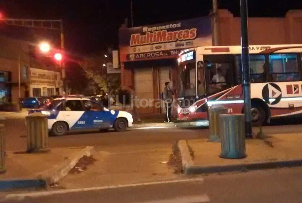 Facundo Zuviría e Iturraspe. Gran conmoción provocó el hombre que atacó a golpes al conductor de un colectivo de la Linea 1. El agresor terminó detenido. El Litoral
