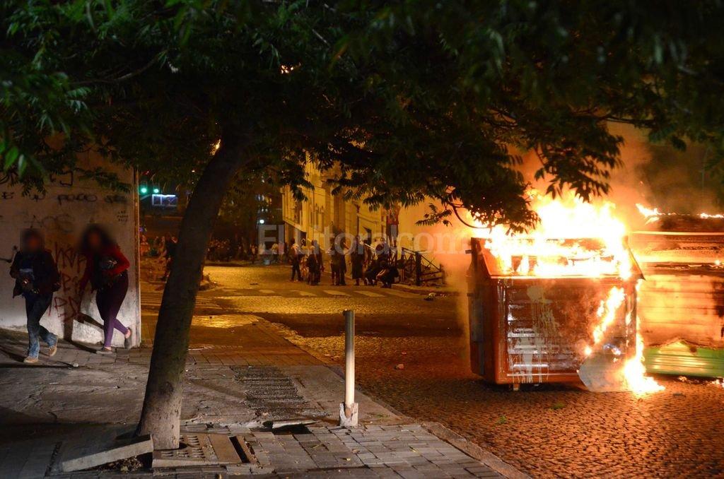 Graves incidentes se produjeron el domingo a la noche en la zona de la Catedral de Rosario en el marco del Encuentro Nacional de Mujeres.  Foto:Laura Cano, T�lam