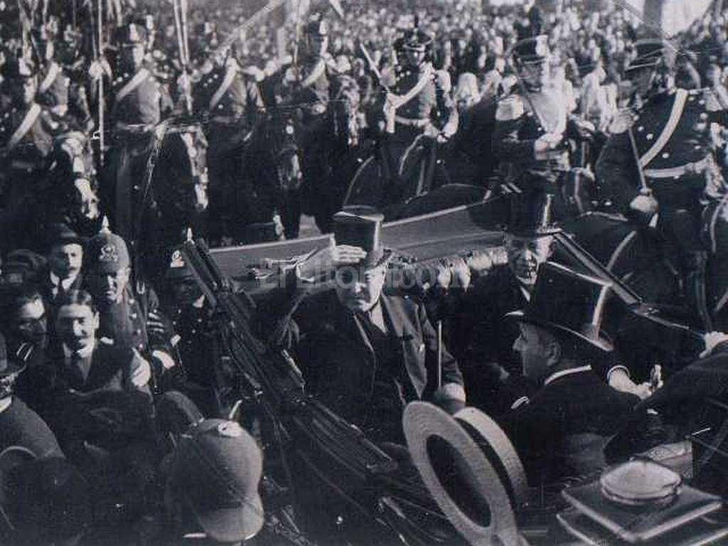 Hip�lito Yrigoyen, despu�s del traspaso de mando, marcha en carruaje hacia el Congreso. La multitud estaba euf�rica. Los c�lculos m�s moderados hablan de m�s de 100.000 personas en una ciudad que no llegaba al mill�n y medio de habitantes. Foto:Archivo El Litoral