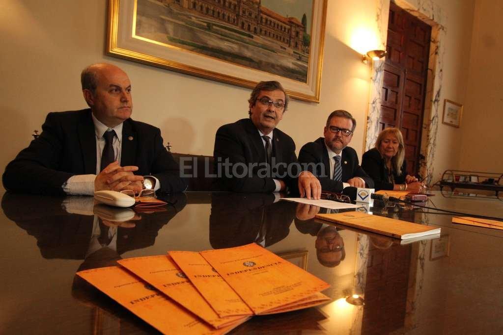 Javier Aga, el rector Miguel Irigoyen, Claudio Liz�rraga y Stella Scarci�folo presentaron la exhibici�n en una conferencia de prensa. Foto:Guillermo Di Salvatore