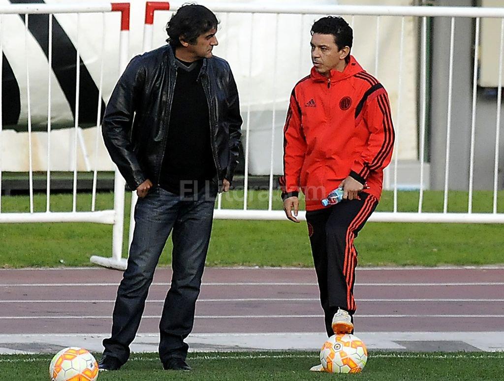 Enzo Francescoli conversa con Gallardo. Foto:Archivo El Litoral