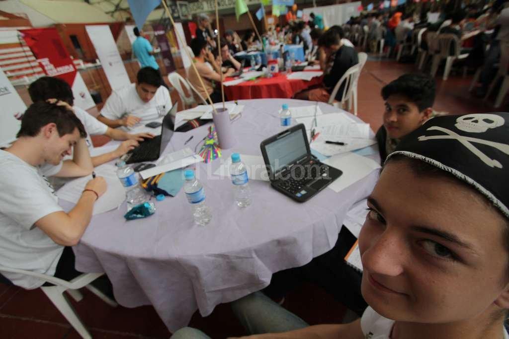 Concentrados. Los estudiantes participaron con entusiasmo de una actividad que busca acercarlos a la informática.  Luis Cetraro