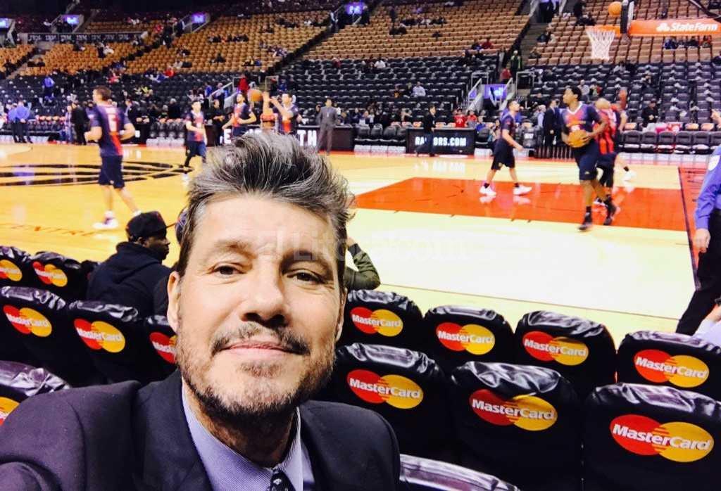 El conductor televisivo encabez� la delegaci�n de San Lorenzo en Canad�, donde jugaron ante Toronto Raptors Foto:Twitter Marcelo Tinelli