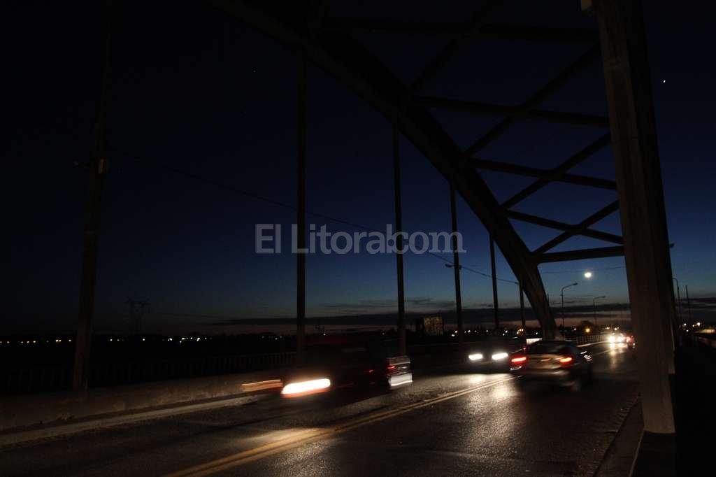"""Sólo la mitad del Puente Carretero está iluminada, el resto es una verdadera """"Boca de Lobo"""". Las pocas luces que funcionan entre los dos arcos están de un solo lado y muy separadas entre sí. Pablo Aguirre"""