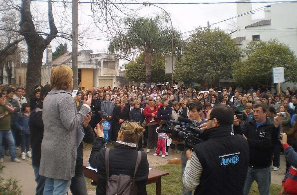 La comunidad de Calchaqu� march� en favor de la mujer, luego de que la Justicia la incriminara por homicidio. Foto:Archivo El Litoral