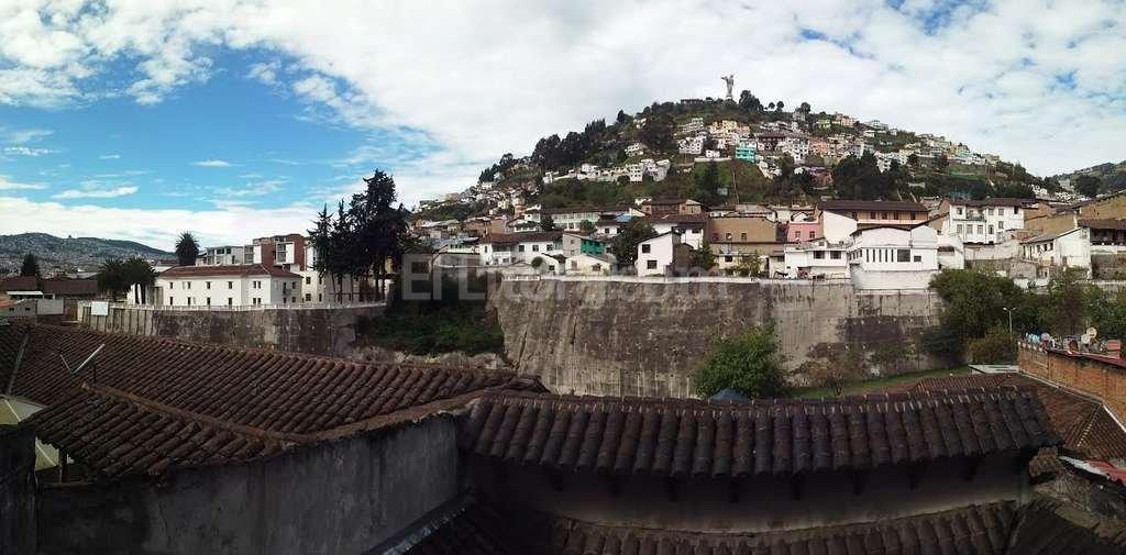 Quito es la ciudad más antigua de Sudamérica. Uno de sus símbolos es el ángel El Panecillo. El Litoral